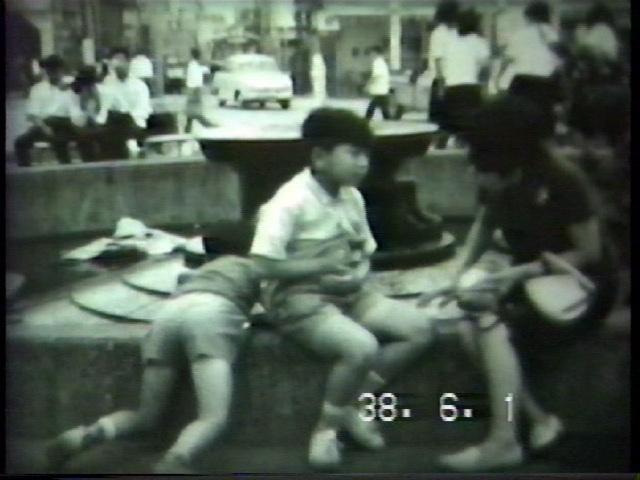 『カメの池』昭和38年、国鉄大垣駅前、モノクロ